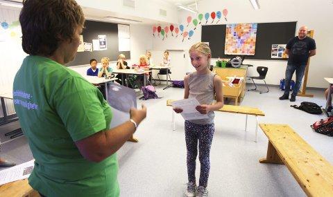 Vinneren: Eline Ekroll vant Sommerles-konkurransen. Her blir hun gratulert av barnebibliotekar Kari W. Arntsen. Foto: Lena Malnes