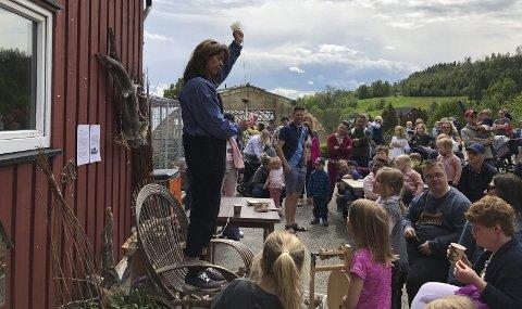 OPPLEVELSER: Aslaug Bonden lever av å formidle tradisjonelle verdier og kunnskap på Grytebakke gård. Her illustrerer hun for barna hvordan man spinner ullet fra sauen.