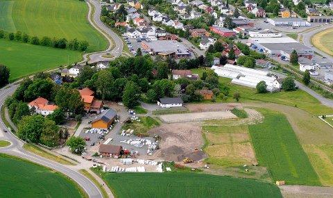MISSING LINK: Strekningen fra rundkjøringen til venstre og over Nedre Gogstad gård til Vollane og Haslebakken (t.h.) har i flere årtier vært en missink link på Ringveien. I øvre kant midt på bildet ligger Meny Hasle.
