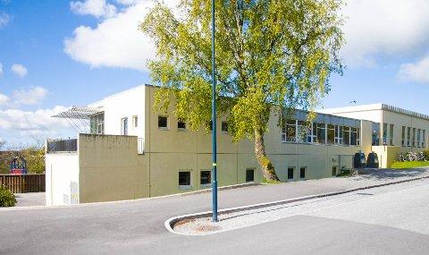 Stangeland skole sliter med store elevtall og for få klasserom. Nå får de kanskje en midlertidig løsning fra høsten med brakkerigg.