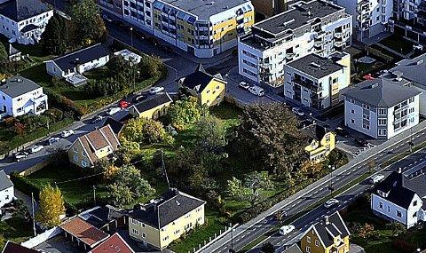 KREMTOMTER: Betongbygg Eiendom og Østfoldhus Eiendom har punget ut med ni millioner kroner for tre av eiendommene i kvartalet med villabebyggelse. For å få gjennomført planene om et nytt bygg, kreves det dispensasjon fra sentrumsplanen.