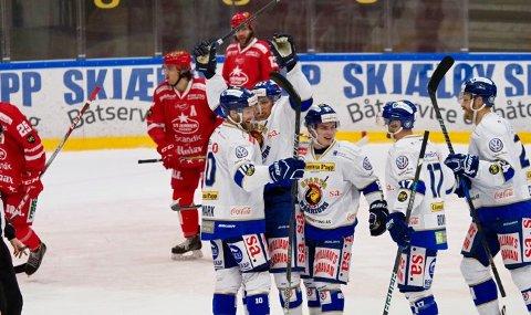 Sparta dominerte gjennom tre perioder i tirsdagens lokaloppgjør mot Stjernen i Fredrikstad. Sparta kunne til slutt vende hjem til Sarpsborg med en høyst fortjent 3-0-seier. Her jubler Sparta-spillerne etter Henrik Malmströms 2-0-mål i sluttsekundet i 1. periode. (Foto: Thomas Andersen)