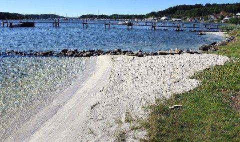 ULOVLIG: Det ble svært så idyllisk på Komperødlandet da det i sommer ble fylt på med ny strandsand. Men mye tyder på at tiltaket er ulovlig. Nå har kommunen bedt Fylkesmannen om faglig råd i saken.