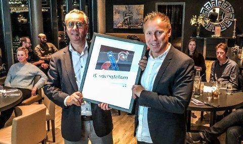 OVERREKKELSE: Tor Viskum (t.h.) fikk overrakt Journalistprisen av jurymedlem Kjell Werner mandag kveld.