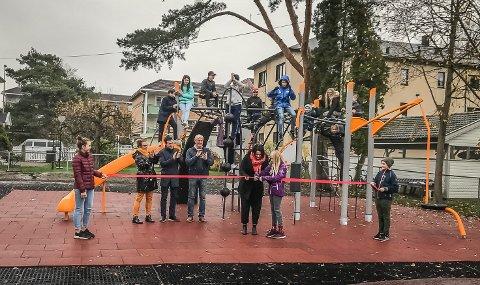 NYTT ANLEGG: Elevene ved Sandesundsveien skole har fått nytt aktivitetsanlegg. Snoren ble klippet av elevrådsleder Linnea Eng og Ap-politiker Therese Thorbjørnsen.