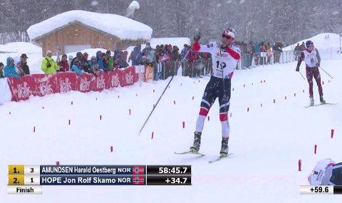 Her går Jørgen Lippert i mål som nummer 3 på dagens 20 km.