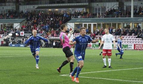 Sarpsborg 08 er videre i cupen etter 2-0-seier mot erkerival Fredrikstad på Fredrikstad stadion onsdag kveld. Dermed er sarpingene klare for tredje cuprunde, og de fikk en etterlengtet opptur etter noen tunge uker med tap i eliteserien. Her jubles det etter Steffen Lie Skåleviks 1-0-mål for de blåhvite. (Foto: Tobias Nordli)