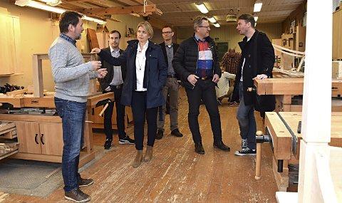 Viste rundt: Rektor Svein Anders Tjernsbekk (f.v.) viser Høyre-representantene Simen Nord, Kristin Vinje, Gjermund Krogstad, Erik Unaas og Henrik Asheim rundt på møbelsnekkerskolen. Han håper besøket kan bidra til å redde skolen.