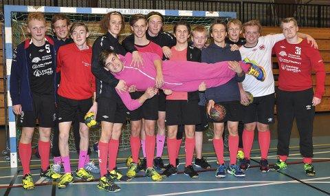 STØTTER GOD SAK: Henrik Johannes Arnegård i hel rosa drakt løftes av lagkameratene, som alle stiller i rosa strømper til inntekt for, og med fokus på kreftsaken og at gutter/menn må ha mer oppmerksomhet på dette.