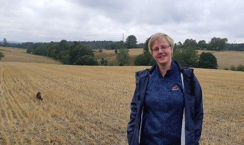 Torunn Kallum, sjuende generasjons bonde på Berger Nordre i Spydeberg, har i år levert 33 tonn korn på mølla. Normalen ligger rundt 80. I bakgrunnen ser vi gårdens eneste dyr, katten Tøtta som følger med og passer på at ingenting skal tilstøte matmor.