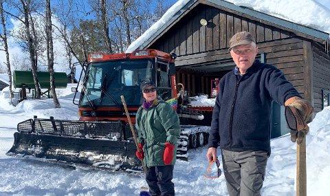 LANG OG TRU TENESTE: Torgeir Jevnaker (82) og kona Marta (81) har i årevis køyrt løyper i den gamle trakkemaskina på Seimsåsen. No ynskjer dei seg ei ny.