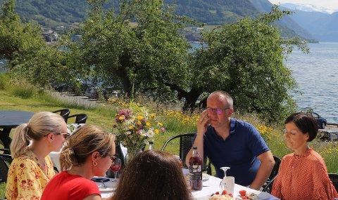 LEIKANGER-MØTE: Statsråd Linda Hofstad Helleland (i raudt) møtte også tidlegare i sommar ordførar, rådmann og andre leiarar frå Sogndal kommune til drøftingar.