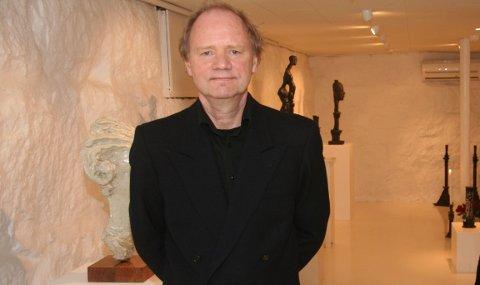 Fram til jul stiller Kjell Johannessen ut skulpturar og lysestakar i Rosehagen på Jørpeland.