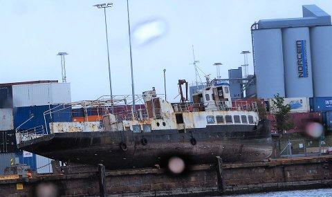MAI 2020: Denne båten gikk i flere tiår som rutebåt i Høgsfjorden og Lysefjorden. Nå ligger den på land i Oslo og tilstanden er tilsynelatende svært dårlig. Foto: Olav Uthaug