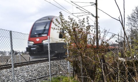 VIRIK: Dagens trasé sør for Sandefjord, som her ved Virik, beholdes, men det kan komme en ny trasé fra nord, med ny stasjon i Sandefjordsveien.  Foto: Paal Even Nygaard