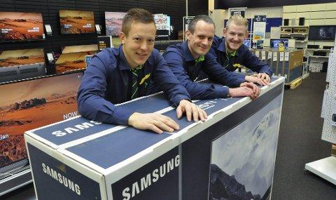 Kun en: Hele Elkjøpkjeden skal selge 210 gigantfjernsyn (78») Eyvind Clausen Fjelle, Jan Inge Bakka Nilsen og Alexander Skiaker med giganten som de håper å få solgt på fredag. De har bare en.