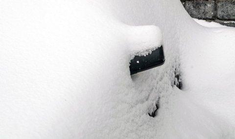 SMART: Det er gull å ha en liten spade i bilen når bilen din har snødd ned. Foto: Colourbox via NAF