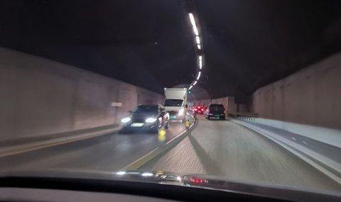 At flest irriterer seg over manglende bruk av blinklys er ikke overraskende. Mer overraskende er det at bare 6,7 prosent oppgir at mørke baklys i tunneler og i mørket er det som irriterer mest ved andres lysbruk. (Foto: NAF)