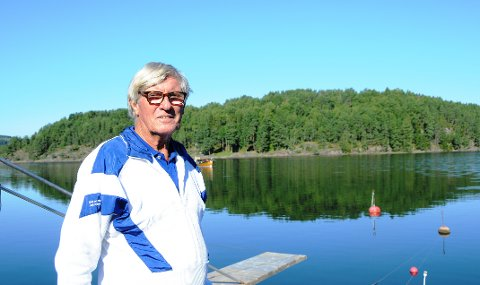VIL HA TOALETT: Jan B. Paulsen registrerer at mange har behov for toalett på Kattøya - i bakgrunnen. Han håper kommunen får ordnet opp. - Da blir det perfekt.