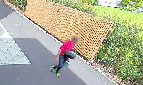 SOVEPOSE OG KOFFERT: Mannen hadde med seg en sovepose og en liten koffert da han ble filmet av en huseiers overvåkningskamera.