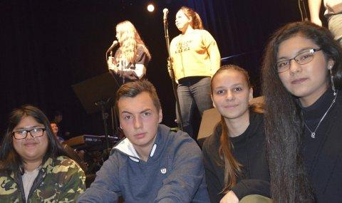 Klare: PR-gruppa med Ta Seen Nywee Paw Chit, Dennis Austad Andersen, Liepa Lardauskaite og Zahra Karimi er overbevist om at 90 elever i 10. klasse ved NUSK skal levere i musikalen «Always Connected»