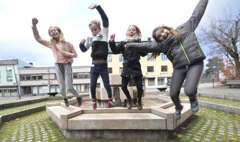 Gleder seg: Regine Nyheim, Iver Jonstang Hordvei, Astrid Cronblad Bruun og Eir Druglitrø Ophus er hoppende glade – for onsdag står de på scenen med skuespillerne i Riksteatret når en fullsatt Notodden teater koser seg med «Kardemomme by»,