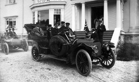Den første: Sam Eydes røde Mercedes-Bens fra 1906 var den første bilen han kjøpte. Her sammen med Rama den 5 av Siam. (I dag Thailand). Dette bildet ble tatt 29. juli 1907 utenfor Hydros Admini på Villamoen.