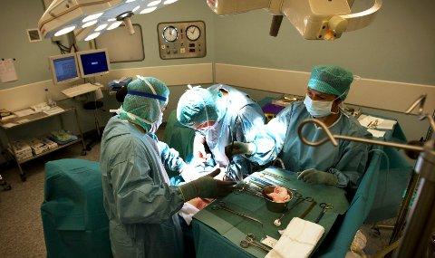 Helsevesen verden over overbehandler ryggkirurgipasienter, indikerer en studie initiert av kirurger ved Ålesund sjukehus. De har forsket på effekten av operasjonsteknikker mot trang ryggmargskanal . (Ilustrasjonsfoto)