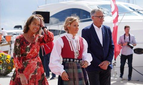 Adm. dir. i Norsk Tipping Åsne Havnelid (fra venstre) var gudmor sammen med programleder og snowboard-profil Helene Olafsen (midten). Til høyre president i Redningsselskapet, Nicolai Jarlsby.