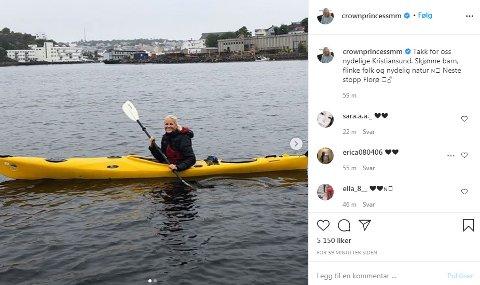 – Takk for oss nydelige Kristiansund. Skjønne barn, flinke folk og nydelig natur, skriver kronprinsesse Mette-Marit på Instagram sammen med et bilde av en padletur på Bolgsvaet.