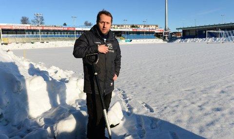 Driftsleder Truls Skar Helland har bevisst latt snøen som kom denne uken ligge på Kristiansund stadion. Snøen isolerer og gjør at banen vil bli bedre når den blir brøytet.