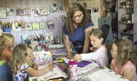 HOS NABOEN: Inntil tre ganger i uka har Hanne Gogstad besøk av nabobarn som vil utfolde seg kreativt. Både Hanne og barna elsker det. Barna er (fra venstre) Linea Lunde (8), Tilde Tveite (3), Isabelle Ockelman (7) og Marie Ree Aadland (7). ALLE FOTO: TONE MERETHE UDE