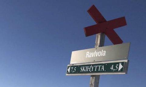 SKILTTYVER: To skilt som viser vei til turmål på Henningvola er stjålet den siste tiden. Begge skiltene står langs veien. Skiltene som står et stykke fra vei – som her – har fått stå i fred.