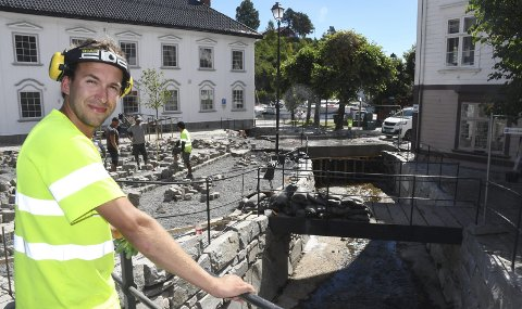 Innspurt: Stig Morgan Lundhaug er anleggsleder for Oveland Utemiljø i Møllebekken-prosjektet. Han lover at steinleggingen i gata skal være ferdig før helgen. Målet er å bli ferdig med steinleggingen i hele området denne uka, ifølge Lundhaug. Foto: Øystein K. Darbo