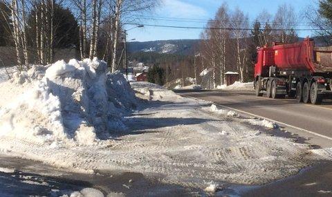 BEDRESIKT: Utkjøringa fra Rådyrveien i Hakadal etter bortmåking av brøytekant.
