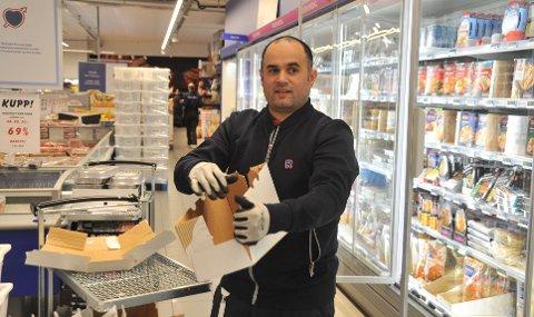 VENTER PÅSKERUSH: Butikksjef Said Benaissa fyller hyllene i Rema-butikken på Mo.