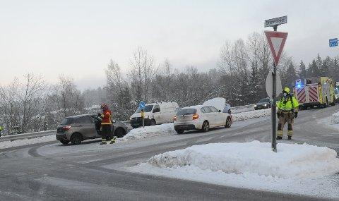 POLITI OG BRANNVESEN: Uhellet skal ha skjedd i krysset mellom Brennaveien og Hadelandsveien.