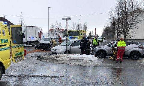 TO TIL LEGE: Skadeomfanget for personene involvert er ukjent etter at tre biler var involvert i en ulykke i Ånebykrysset på RV 4 midt på dagen tirsdag. To personer ble fraktet til lege, mens den tredje føreren kunne kjøre videre.