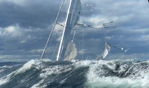Fritidsbåter har ingenting på sjøen å gjøre i dette været skriver redningsselskapet på twitter. Bildet viser redningsskøyta «Inge Steensland» som bistod en seilbåt ved Arendal.