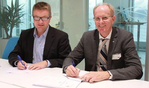 SIGNERING: Morten Gjersøe, direktør for forretningsutvikling i Jotron, og Arve Dimmen, sjøsikkerhetsdirektør i Kystverket.