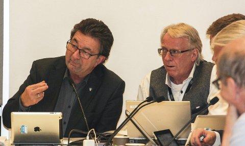 Merforbruk: Rådmann Geir Grimstad og økonomisjef Arve Ruud rapporterer i formannskapet at det er brukt nesten åtte millioner for mye hittil i år. Foto: Staale Reier Guttormsen