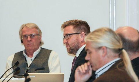 FØLGER MED: Truls Wickholm (nummer to fra venstre) bekrefter at det er generell årvåkenhet på kommunehuset etter bombefunnet på politistasjonen i Ski.