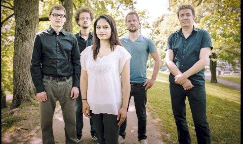 Bandet: Harpreet Bansal -fiolin, Javid Afsari Rad -santur, Vojtech Prochazka -harmonium/piano, Adrian Fiskum Myhr -bass, Andreas Bratlie -tabla/perkusjon