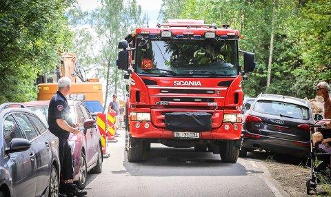 Parkeringskaos: Nedover mot Alværn brygge var det parkert biler på kryss og tvers slik at det var kaotiske tilstander for brannmester Kenneth Kristiansen og hans folk under utrykning denne sommeren.