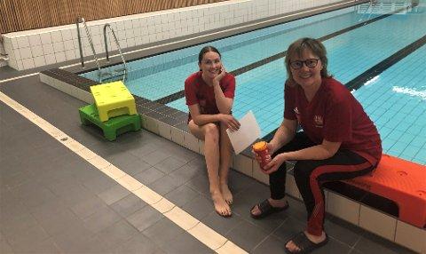 TRENGER FLERE SOM INGJERD-HELENE: Svømmeskoleansvarlig Anne Skjøtskift (til høyre) er glad for at Ingjerd Helene Westum Gjerdalen er med som vikarierende instruktør, men svømmeskoletilbudet i Tynset trenger flere instruktører.