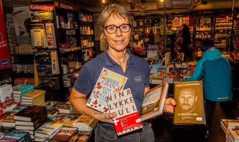 BESTSELGERNE: Bokhandler Toril T. Johansen i Ås kvartal med favnen full at bøker det er solgt mest av nå før jul.