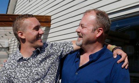 Elias Nordnes t.h.) var på backpackertur tre måneder i USA. 25 år etterpå dukket den ukjente sønnen Nicholas Morrison (24) opp.