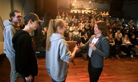IMPONERT: Budstikkas redaktør Kjersti Sortland overrakte prisen til revysjefene og var imponert over årets Rudrevy.