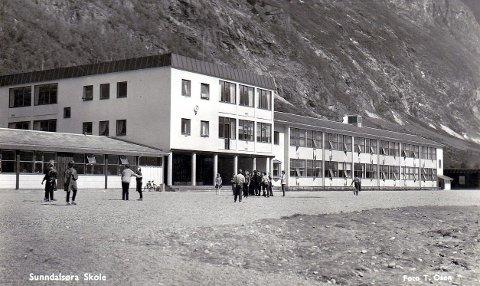 For felllesskapet: Sunndalsøra skole ble innviet i 1957, siden er navnet endret til Sande skole, og er en av de viktigste institusjonene for opplæring og videreføring av kunnskap. Skolebygget er bygd med våre skattepenger.Foto: T. Osen
