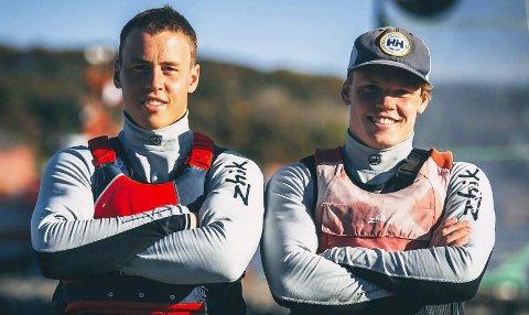 HEKTISKE TIDER: Mads (t.v.) og Tomas Mathisen er inne i et mildt sagt tett regattaprogram, men det skremmer ikke tvillingbrødrene fra Risør. I helgen seiler 21-åringene Kieler Woche i Tyskland.